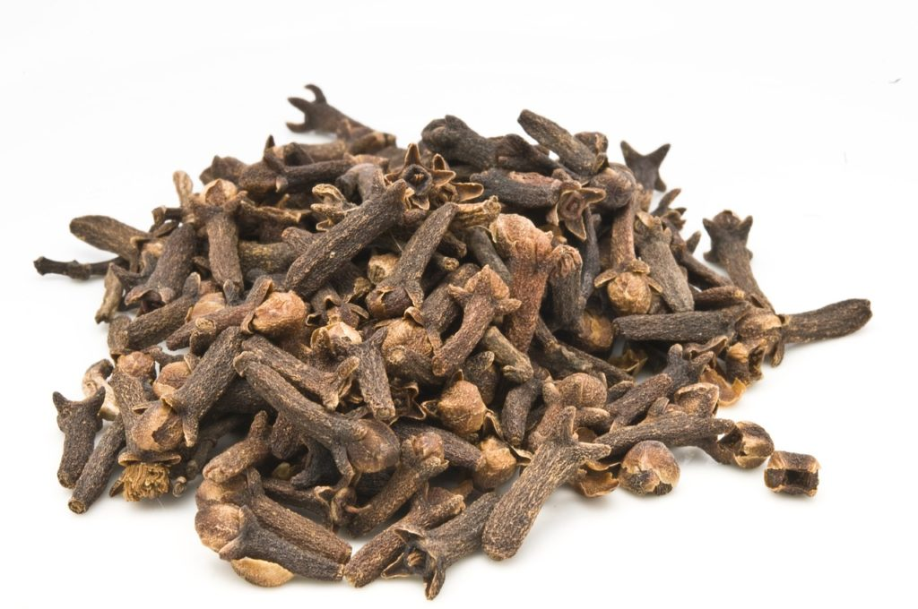 clove essential oil toenail fungus